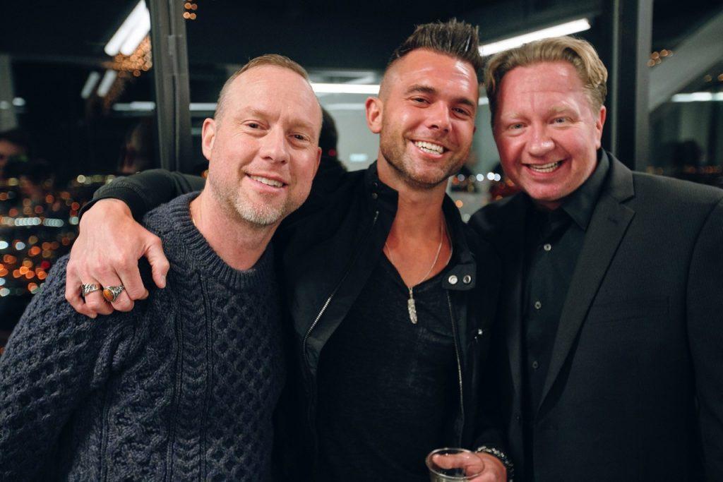 Эммануэль Зунц, артист Verge Records Джей Аллен и главный операционный директор Verge Records Микки Джек Конус; Предоставлено ONErpm / Verge Records.